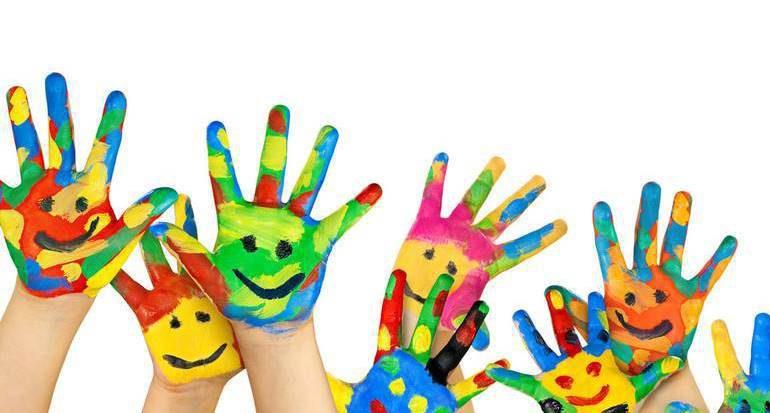 imágen de manos pintadas con colores